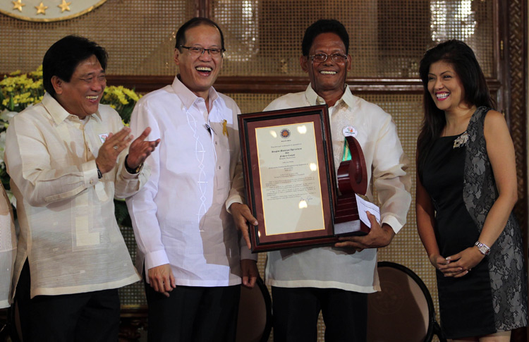 BOUNTIFUL HARVEST. Imee accompanies a local agriculturist in receiving a national award in Malacanang.