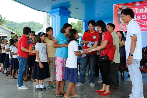SCHOLARS. Manang Imee awards scholarship grants to MDG- identified schools in Ilocos Norte
